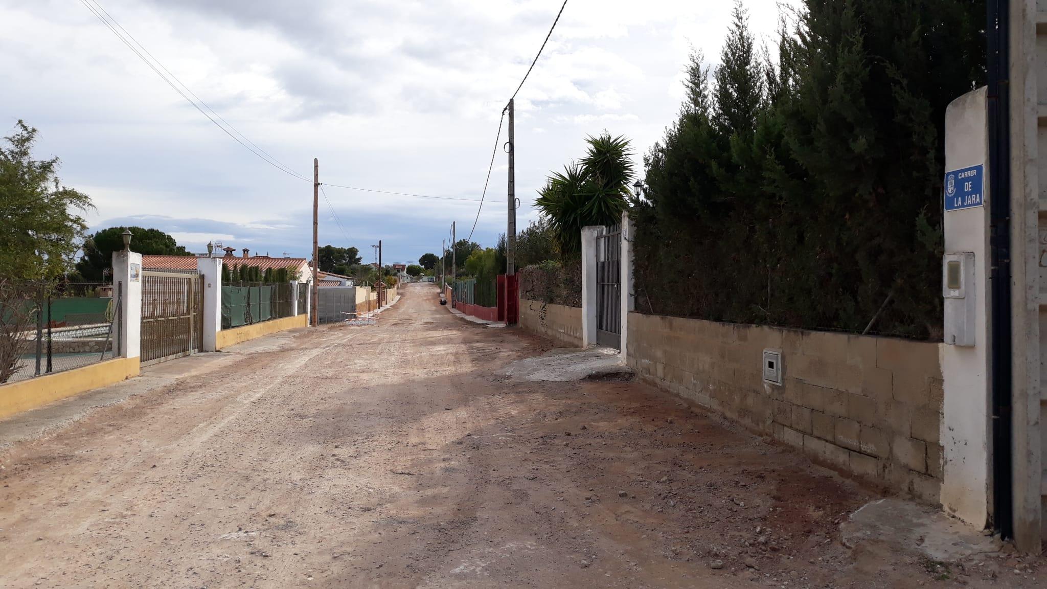 L'Ajuntament pavimenta els carrers de la Surera, la Jara i camí dels Frares