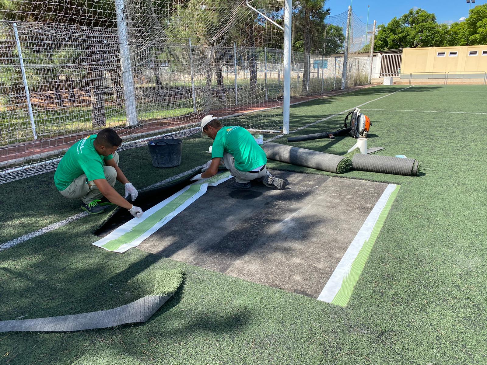 Es repara la gespa del camp de futbol de Mas de Tous